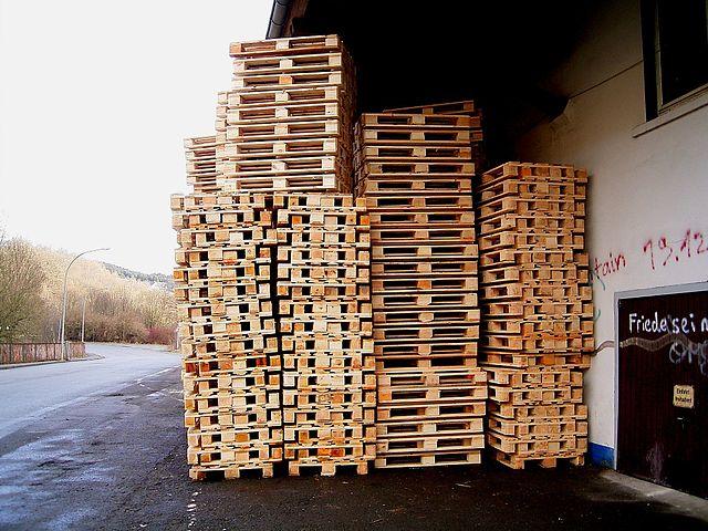 Un stock de palettes industrielles