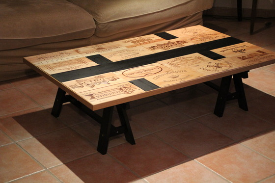 Diy table de salon customis e avec des caisses de vin for Customiser une table en bois